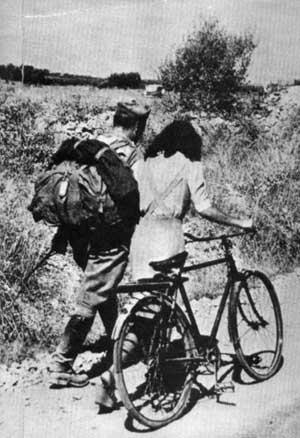 Soldato americano con ragazza in bici