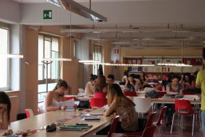 Una sala studio della Biblioteca di Ateneo con illuminazione LED