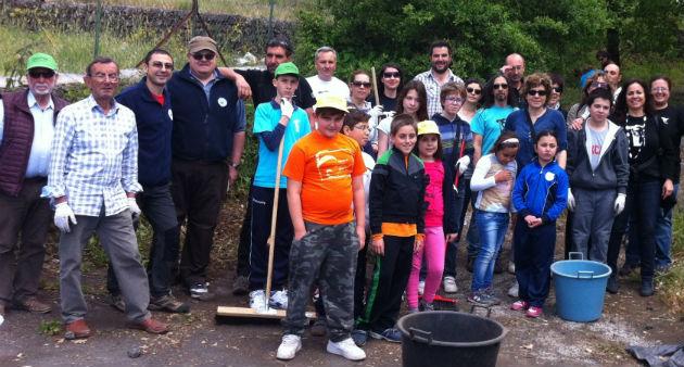 Volontari e studenti durante le operazioni di pulizia